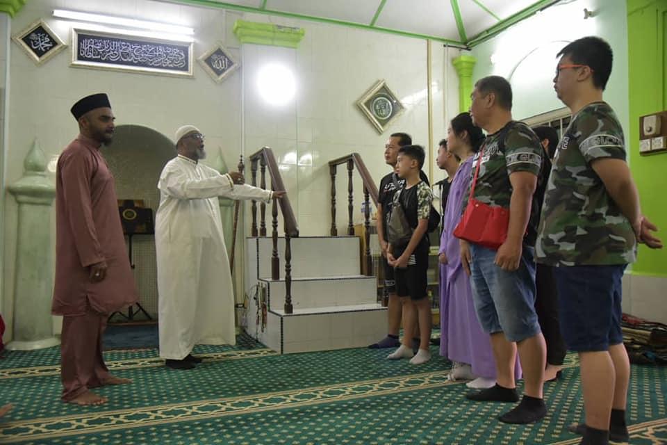 MOSQUE OPENS DOORS TO TOURISTS