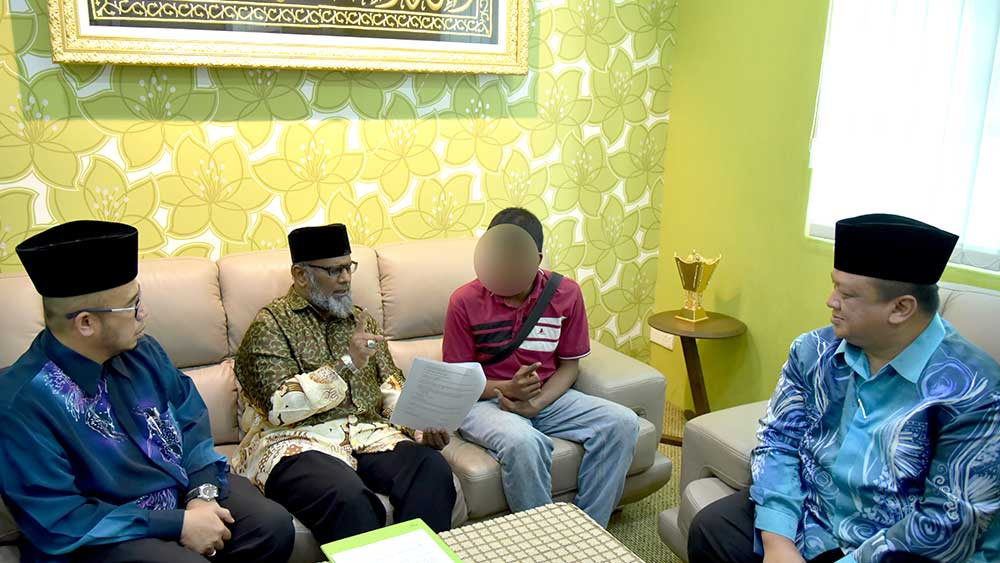 Shahadah in Shahadah Room witnessed by DYTM Raja Muda Perlis and Dr MAZA